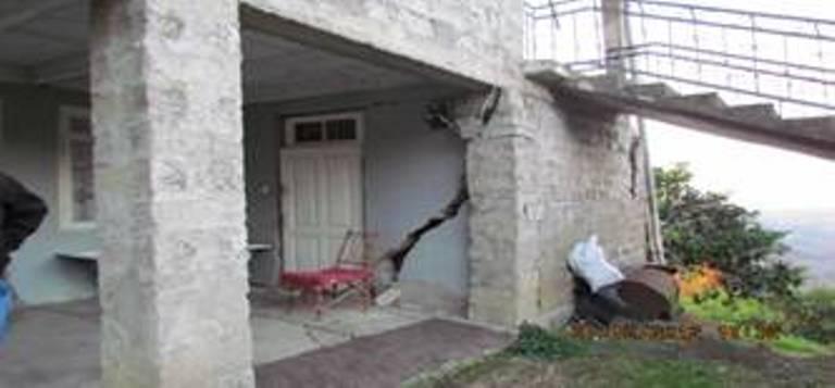ქობულეთის მუნიციპალიტეტის სოფელ ზენითში მცხოვრები ქათამაძეების სახლი, რომელიც მიწისძვრის შედეგად დაზიანდა