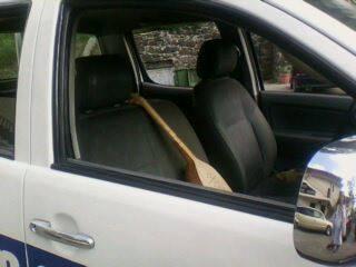 ფანდური პოლიციის ავტომანქანაში, საიდანაც პოლიციელი იგინებოდა