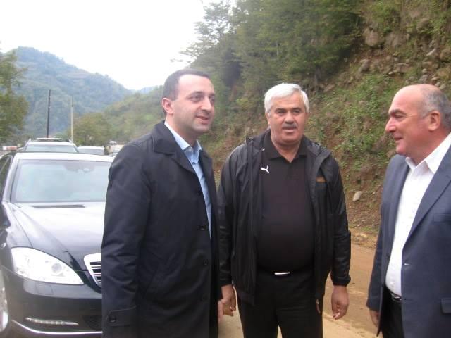 პრემიერ-მინისტრი ირაკლი ღარიბაშვილი, დეპუტატი იაშა შერვაშიძე და ქედის გამგებელი დავით დუმბაძე