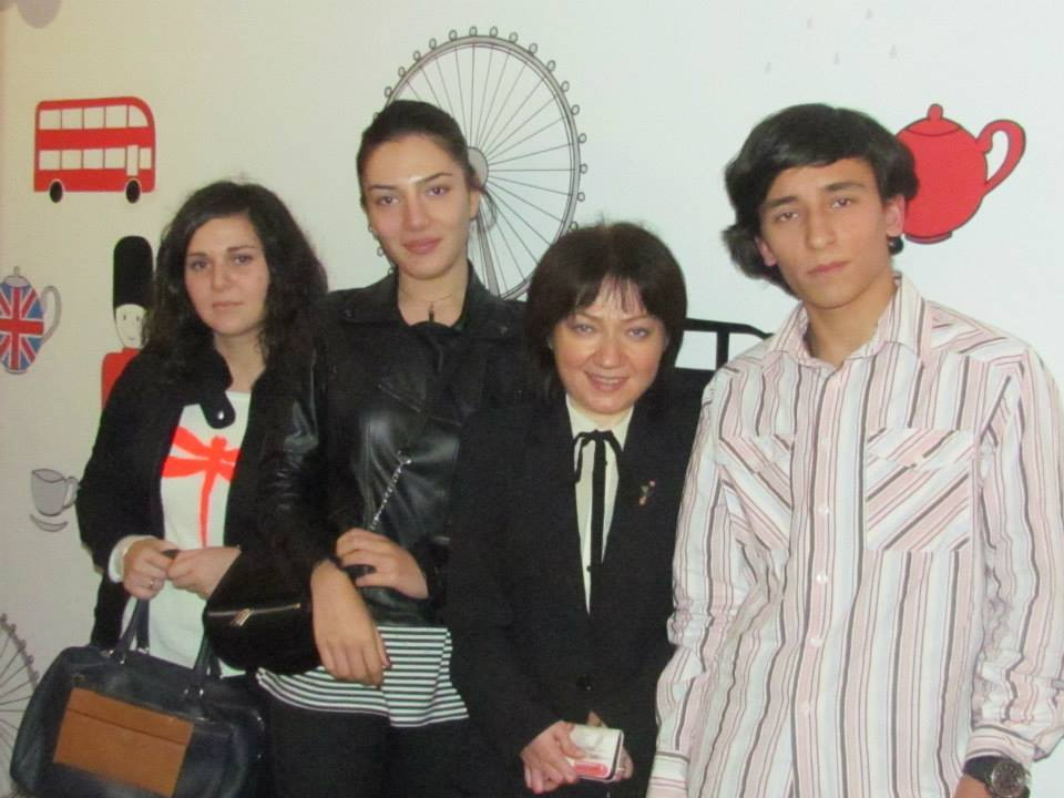 ნიკა აბჟანდაძე, ირინა ხაჟალია და ETI 2000-ის მოსწავლეები