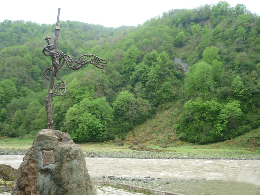 მაჭახელას თოფის ძეგლი ხეობის შესასვლელში