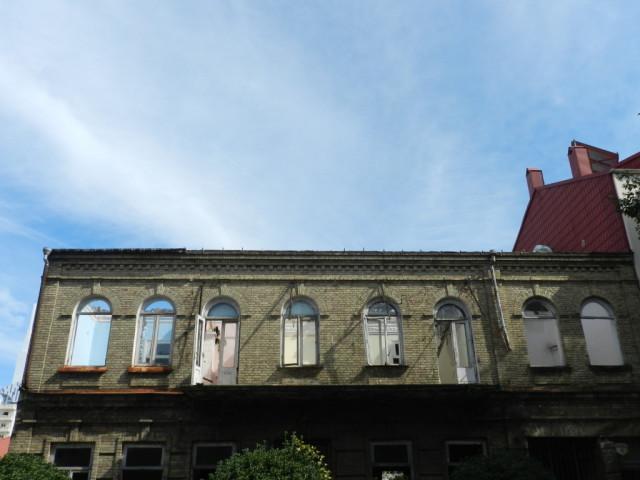 ვაჟა-ფშაველას #13, ოქოტომბერი. შენობას არ აქვს სახურავი, მოხსნილია აივნის მოაჯირი, მონგრეულია შიდა კედლები