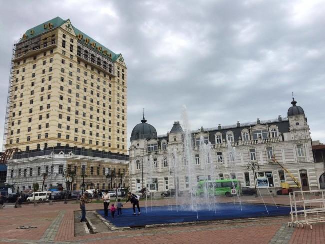 ევროპის მოედანი, სასტუმრო და კაზინო ფოსტის ისტორიული შენობის ადგილას. ცაგო კახაბერიძის ფოტო