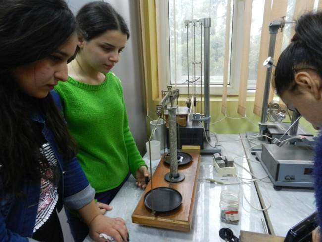 დაწყებითი განათლების სტუდენტები ლაბორატორიაში