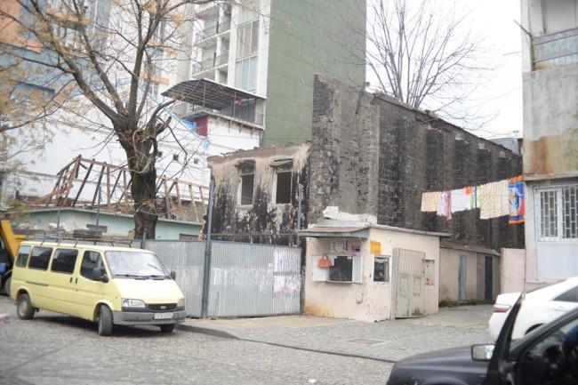 დანგრეული სახლი ყაზბეგის ქუჩაზე. შოთა გუჯაბიძის ფოტო