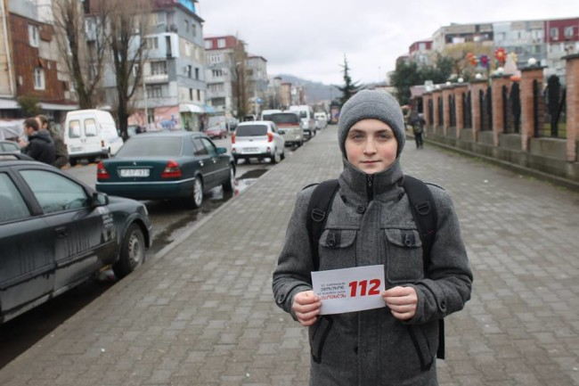 ბათუმის ახალგაზრდული ცენტრი სტიკერებს ქალაქის ქუჩებში აკრავს