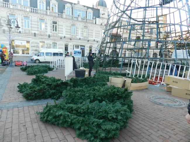 ევროპის მოედანზე ნაძვის ხე დაშალეს