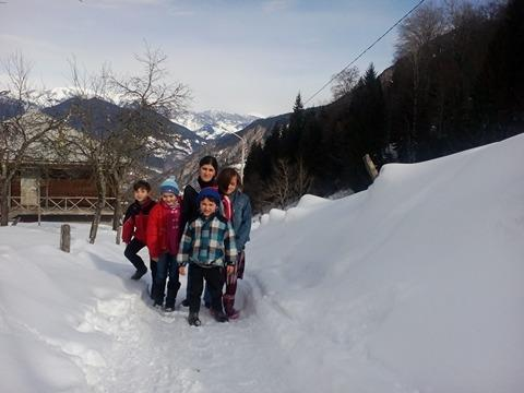 სოფლის გზაზე. ბავშვები სკოლიდან ბრუნდებიან.