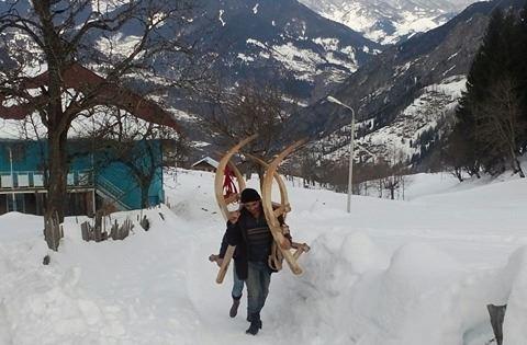 თაგოელები ტყეში ციგით წასასვლელად ემზადებიან. ტყემდე მათ რამდენიმე კილომეტრი უნდა იარონ თოვლში.