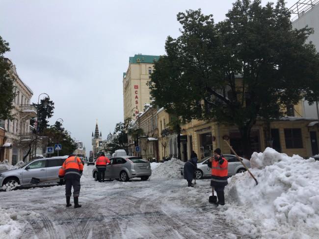 """შპს """"სანდასუფთავების თანამშრომლები გზას თოვლისგან წმენდენ ფოტო: ცაგო კახაბერიძე"""