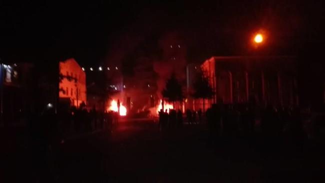 ცეცხლის ალში გახვეული პოლიციის შენობა. მანანა ქველიაშვილის ფოტო