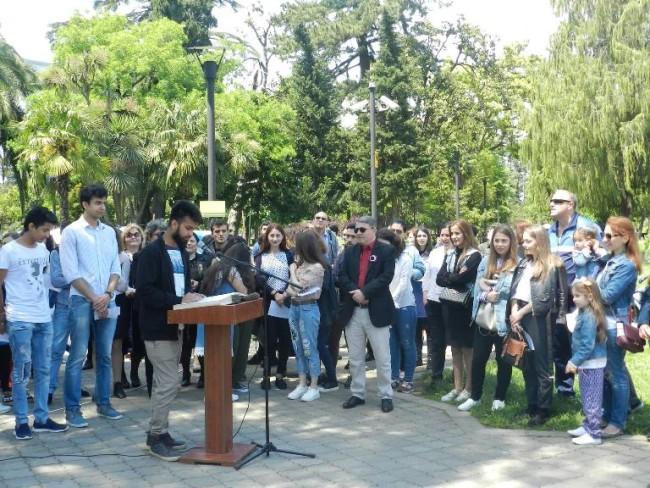 """უცხოელი სტუდენტი """"ვეფხისტყაოსანს"""" ქართულად კითხულობს"""