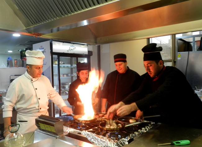 """ბათუმის საერთაშორისო კოლეჯი ,,გოლდენ სიი- ს"""" სტუდენტები სასტუმრო ლეოგრანდის სამზარეულოში."""