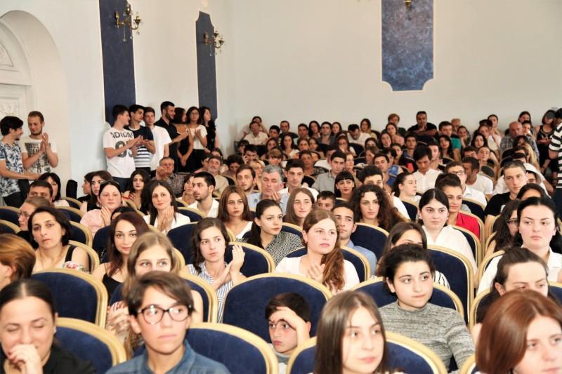 გასილი წლის წარჩინებული მოსწავლეების დაჯილდოვება. ფოტო: აჭარის მთავრობა