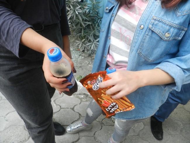 სკოლის მოსწავლეები დასვენების დროს არაჯანსაღ საკვებს სკოლის გარეთ ყიდულობენ. ფოტო: ლელა დუმბაძე
