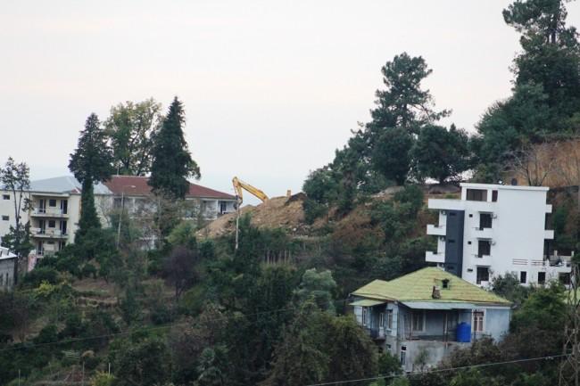 მწვანე კონცხი, უნივერსიტეტის ყოფილი საერთო საცხოვრებლის შენობა [მარცხნივ] / 22.10.2017 / მანანა ქველიაშვილის ფოტო