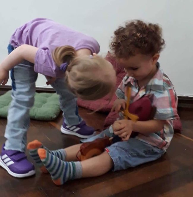 აქ მშობლები სპეციალურ სახელოსნოში თავად ქმნიან საკუთარი შვილებისთვის ეკოლოგიურად სუფთა თოჯინებს
