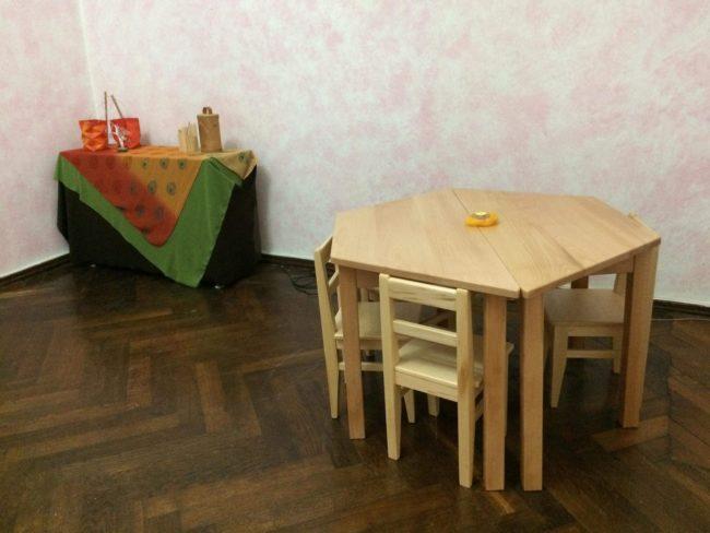 სკამები და მაგიდები ხისაა, ასევე, ყველა სათამაშო ხისა და ცვილისგანაა დამზადებული.