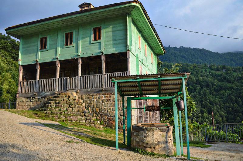 სოფელი მეძიბნა - ხის მეჩეთი და ჭა სოფლის ცენტრში