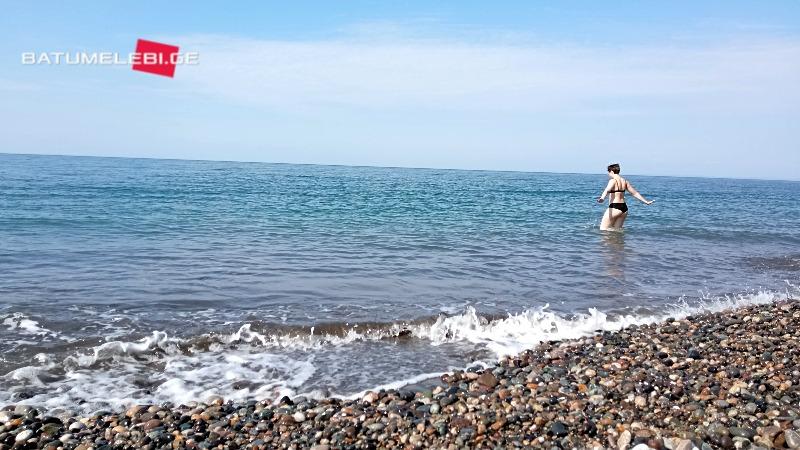 ბათუმის პლაჟზე პირველი მოცურავეები გამოჩნდნენ [ფოტო]