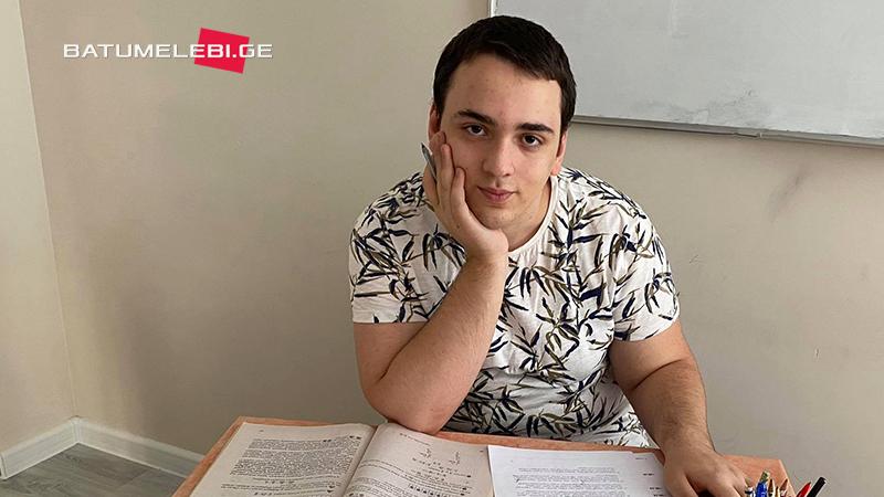 18 წლის ბათუმელი სტუდენტი, რომელიც მათემატიკის წიგნებს წერს