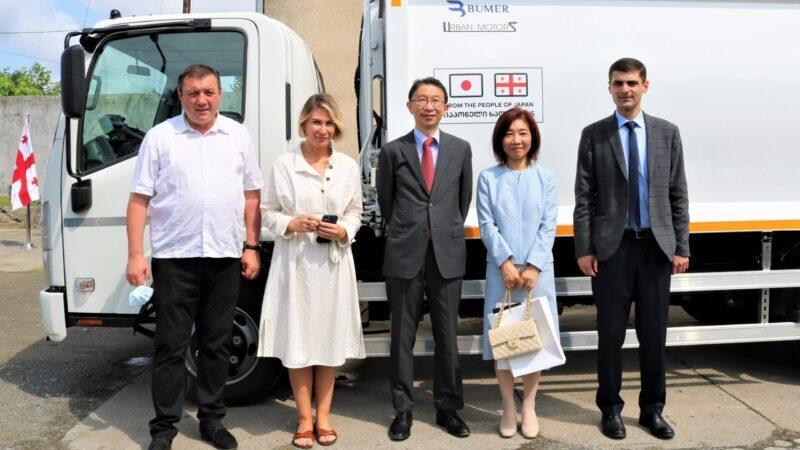 Посольство Японии передало в дар муниципалитету Озургети машину по сбору отходов и урны для пластика
