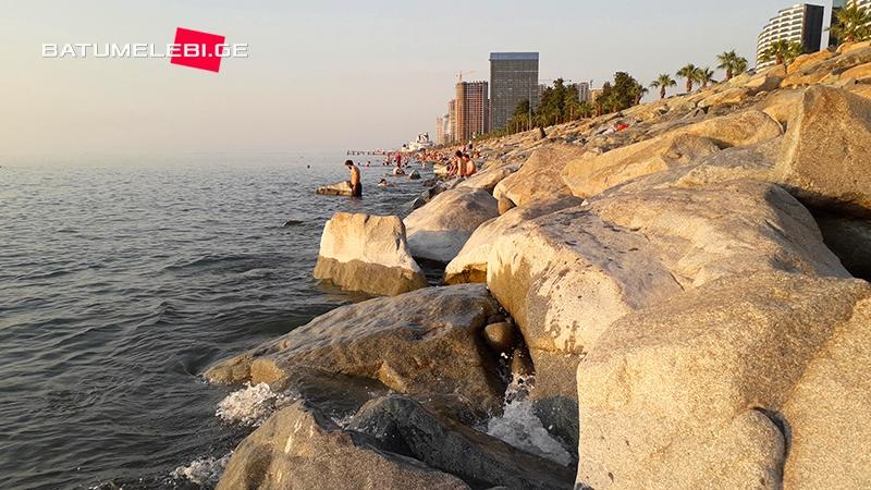52 მილიონად გამაგრებული ნაპირი ბათუმში, სადაც პლაჟის აღდგენას ჯერ არავინ აპირებს